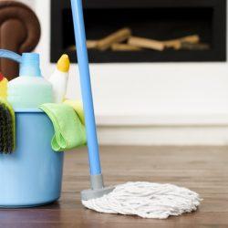 set-limpieza-productos-balde-azul-trapeador_23-2148222245